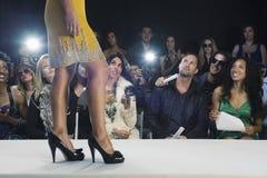 Vorbildliches In High Heels gegen Zuschauer lizenzfreies stockfoto