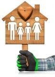 Vorbildliches House mit Familie und Herzen Lizenzfreies Stockfoto