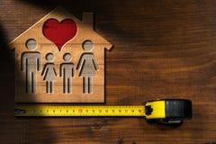 Vorbildliches House mit Familie und Herzen Lizenzfreies Stockbild