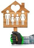 Vorbildliches House mit Familie und Herzen Lizenzfreie Stockfotos