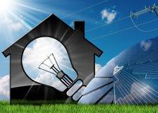 Vorbildliches House mit Sonnenkollektoren und Stromleitung Stockbild