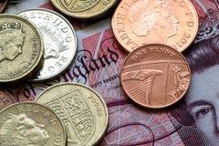 Vorbildliches Houses und englische Münzen und Banknoten Lizenzfreie Stockfotos