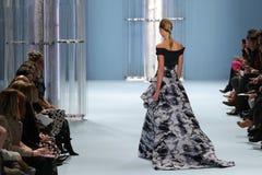 Vorbildliches Karlie Kloss geht die Rollbahn, die Sammlung Carolina Herrera Falls 2015 trägt Stockfotos