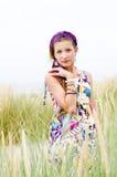 Vorbildliches Mädchen auf dem Strand Stockfotos