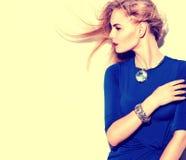 Vorbildliches Mädchen, das blaues Kleiderporträt trägt Lizenzfreie Stockbilder