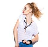 Vorbildliches Mädchen, das in der modernen Kleidung und in der Sonnenbrille aufwirft Stockfotografie