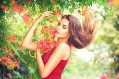 Vorbildliches Mädchen der Schönheit, das Natur genießt Lizenzfreies Stockbild