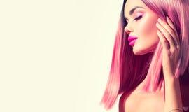 Vorbildliches Mädchen der Schönheit mit dem perfekten gesunden Haar und schönem Make-up Gefärbtes Haar Ombre Rosa stockfoto