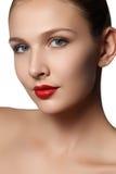 Vorbildliches Mädchen der Schönheit mit dem perfekten Make-up, das Kameraisolat betrachtet Stockfoto