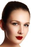 Vorbildliches Mädchen der Schönheit mit perfektem Make-up lokalisiert über Weiß Kanal Stockfotografie