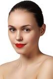 Vorbildliches Mädchen der Schönheit mit perfektem Make-up lokalisiert über Weiß Kanal Stockfotos