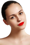 Vorbildliches Mädchen der Schönheit mit perfektem Make-up lokalisiert über Weiß Kanal Stockbild