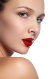 Vorbildliches Mädchen der Schönheit mit perfektem Make-up lokalisiert über Weiß Kanal Lizenzfreies Stockfoto