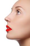 Vorbildliches Mädchen der Schönheit mit perfektem Make-up lokalisiert über Weiß Kanal Stockbilder