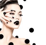 Vorbildliches Mädchen der Schönheit mit schwarzem Make-up und lange Stoffe lizenzfreie stockfotografie
