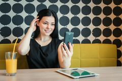 Vorbildliches Mädchen gealtertes 20s, das selfie Foto macht Lizenzfreies Stockbild