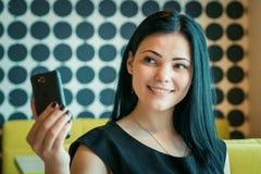 Vorbildliches Mädchen gealtertes 20s, das selfie Foto macht Stockbilder