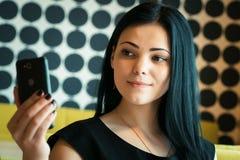 Vorbildliches Mädchen gealtertes 20s, das selfie Foto macht Lizenzfreies Stockfoto