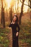 Vorbildliches Mädchen im Kleid auf einem Feld Stockfotografie