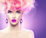 Vorbildliches Mädchen mit updo Frisur und stilvollem Make-up Lizenzfreies Stockfoto