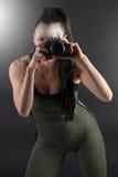 Vorbildliches Nehmen der Eignung unter Verwendung einer Kamera, zum eines Fotos zu machen Stockbild