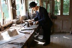 Vorbildliches Plumber in seiner Werkstatt stockfoto
