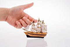 Vorbildliches Sailboat in der Hand Stockfotos