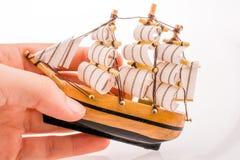 Vorbildliches Sailboat in der Hand Stockbilder