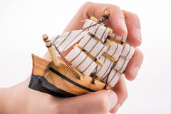Vorbildliches Sailboat in der Hand Lizenzfreie Stockbilder