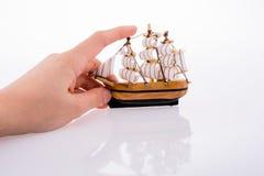 Vorbildliches Sailboat und Hand lizenzfreie stockfotografie