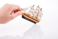 Vorbildliches Sailboat und Hand Stockbild