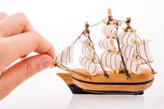 Vorbildliches Sailboat und Hand Lizenzfreie Stockfotos