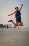 Vorbildliches Springen in einer Luft auf Strand Thailand Lizenzfreie Stockfotos