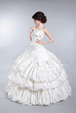 Vorbildliches Tragen der schönen attraktiven Braut im Hochzeitskleid mit v Lizenzfreie Stockbilder