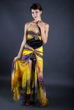 Vorbildliches Wearing Tie Dye-Gelb-Kleid Stockfotos