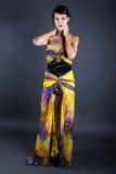 Vorbildliches Wearing Tie Dye-Gelb-Kleid Lizenzfreies Stockbild