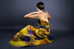 Vorbildliches Wearing Tie Dye-Gelb-Kleid Lizenzfreie Stockbilder