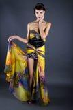 Vorbildliches Wearing Tie Dye-Gelb-Kleid Stockbild