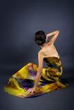 Vorbildliches Wearing Tie Dye-Gelb-Kleid Lizenzfreie Stockfotografie