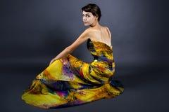 Vorbildliches Wearing Tie Dye-Gelb-Kleid Lizenzfreie Stockfotos