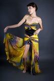 Vorbildliches Wearing Tie Dye-Gelb-Kleid Lizenzfreies Stockfoto