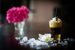 Vorder-Ansichtespresso macchiato mit Milchschaum, -creme und -stroh Stockfoto