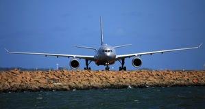 Vorderansicht Airbus-A330 stockfotos
