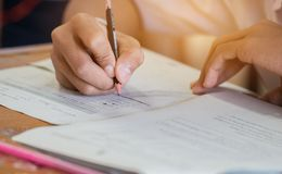 Vorderansicht asiatische Studenten, Nichtgraduierter, der Bleistiftschreiben hält Lizenzfreie Stockbilder