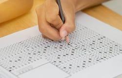 Vorderansicht asiatische Studenten, Nichtgraduierter, der Bleistiftschreiben hält Stockfotografie