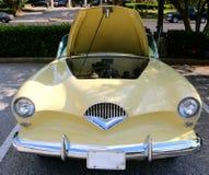 Vorderansicht Autos 1947 Ã-¼ Brustbeerenseltenen Kaiser Frazer Antique Stockfotos