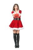 Vorderansicht überraschter Santa Claus-Frau, die das Weihnachtsgeschenk betrachtet Kamera gibt Lizenzfreie Stockbilder