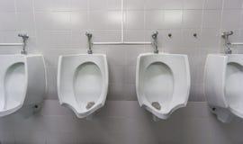 Vorderansicht der öffentlicher Toilette Stockbild