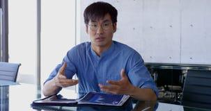 Vorderansicht der asiatischen m?nnlichen Exekutive, die im B?ro 4k aufeinander einwirkt stock video