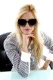 Vorderansicht der Aufstellung der Frau mit Sonnenbrillen Lizenzfreies Stockbild
